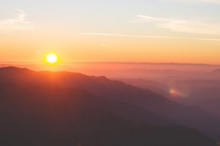 山の峰から拝む、朝日