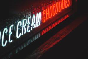 夜の街にチョコレートという看板